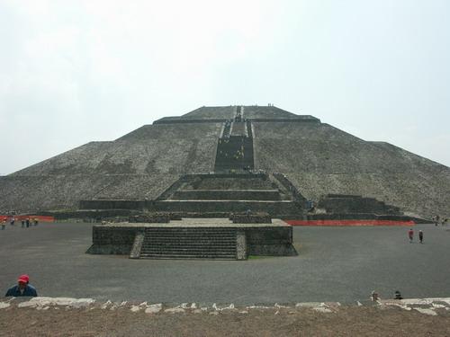 """墨西哥城的""""太阳金字塔""""地处墨西哥城东北40千米处"""