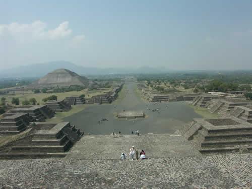 """墨西哥城的""""月亮金字塔""""地处特奥蒂瓦坎古城遗址的""""死者大街""""北部的"""